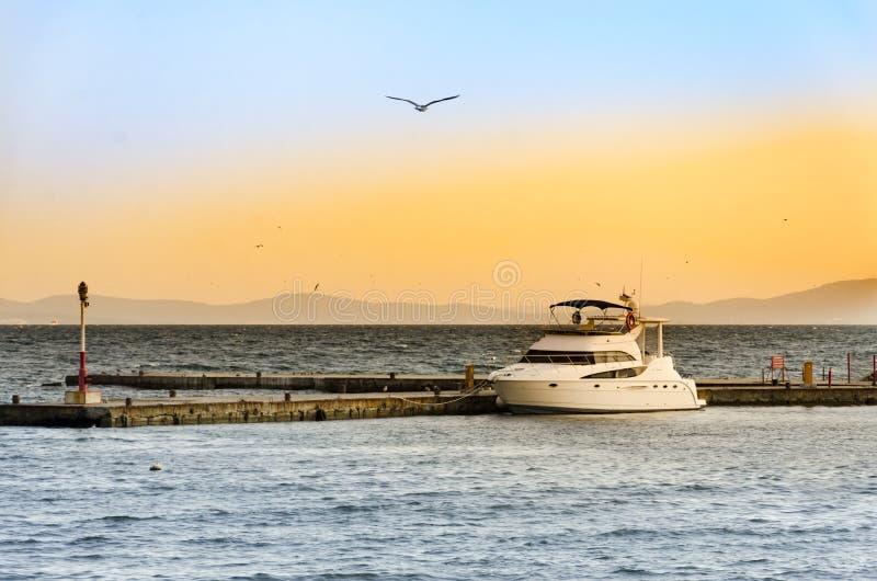 Luxejacht op haven bij zonsondergang royalty-vrije stock afbeelding