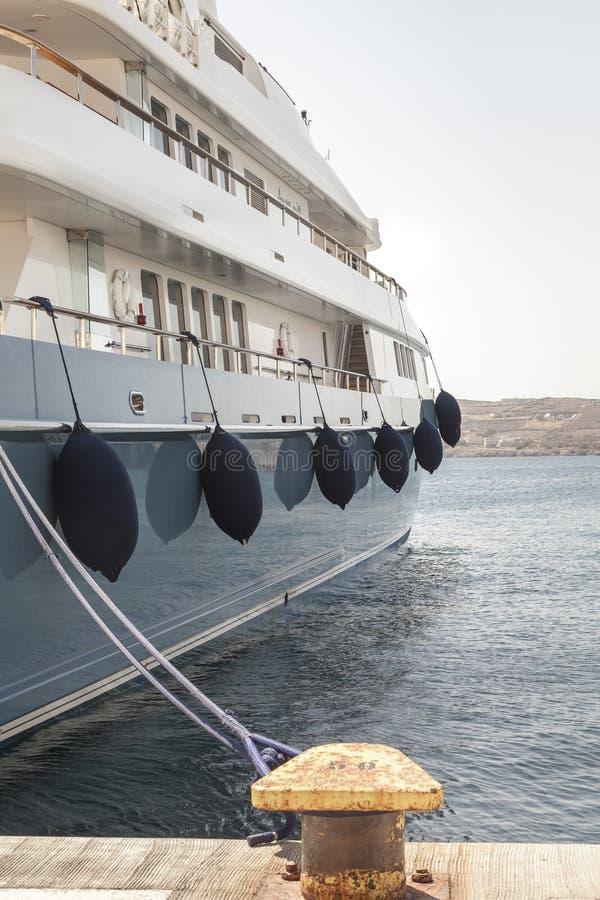 Luxejacht op Marine Bollard wordt en wordt verbonden vastgelegd die stock afbeeldingen