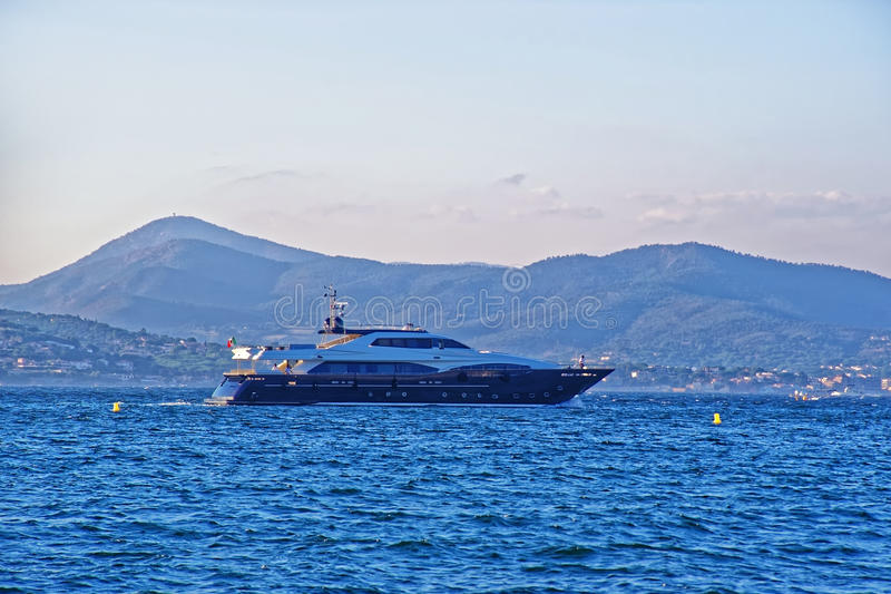 Luxejacht in Saint Tropez -haven royalty-vrije stock foto's
