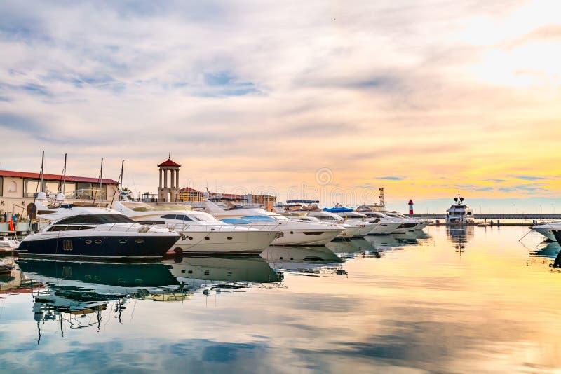 Luxejachten bij zonsondergang royalty-vrije stock foto's