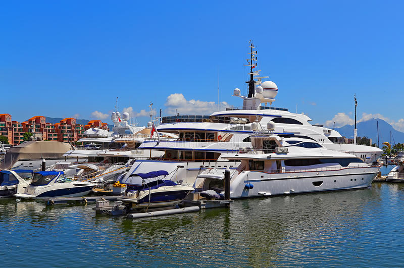 Luxejachten en boten stock foto