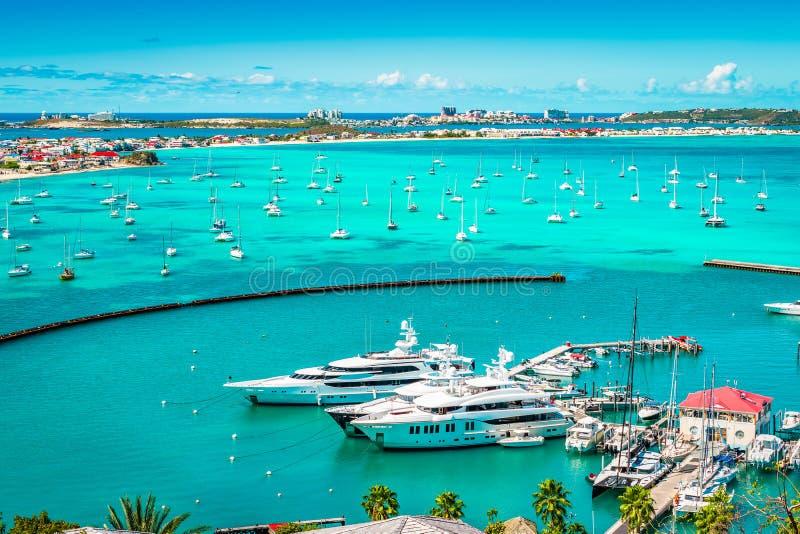 Luxejachten en boten in de jachthaven van Marigot, St Caraïbisch Martin, royalty-vrije stock foto