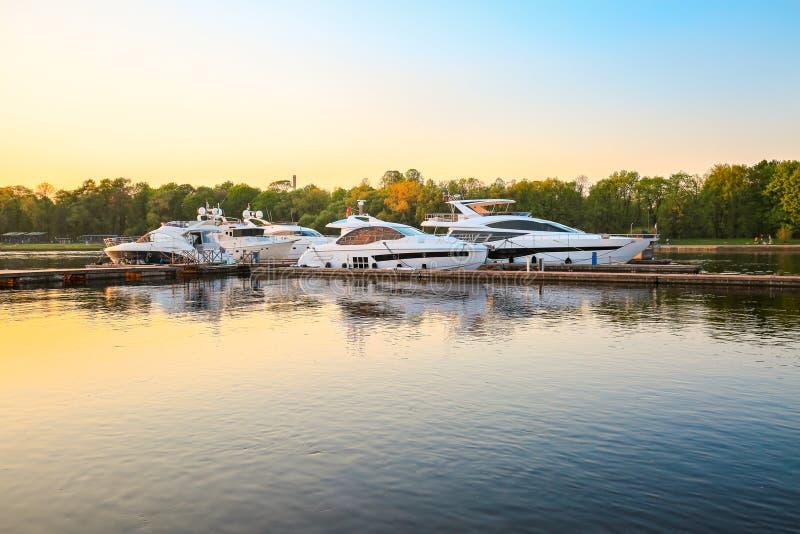 Luxejachten in jachthaven bij zonsondergang stock foto