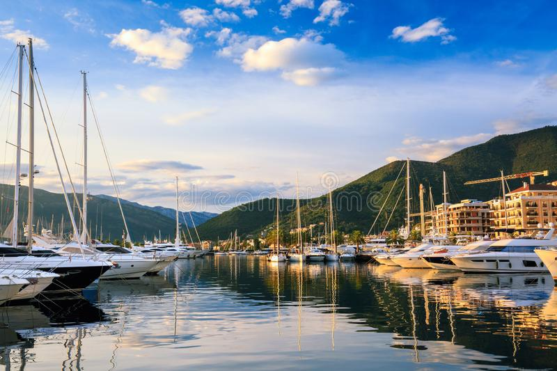 Luxejachten in jachthaven worden gedokt die stock foto's