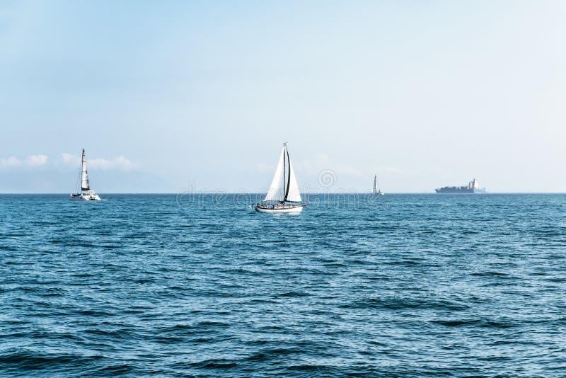 Luxejachten in open zee bij mooie zonnige dag Actieve levensstijl voor actieve mensen Tropische vakantie Weekendontsnapping van s royalty-vrije stock afbeeldingen