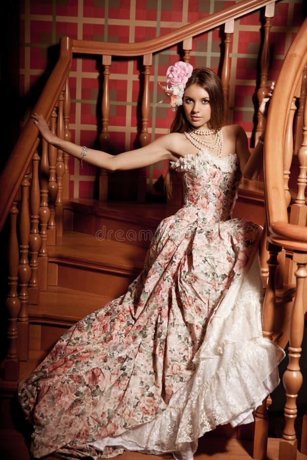 Luxejongelui die mooie vrouw in uitstekende kleding in elegant glimlachen stock afbeeldingen