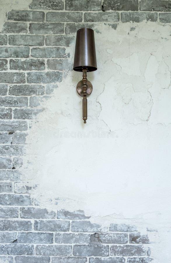 Luxelamp het hangen op baksteen en pleistermuur stock foto