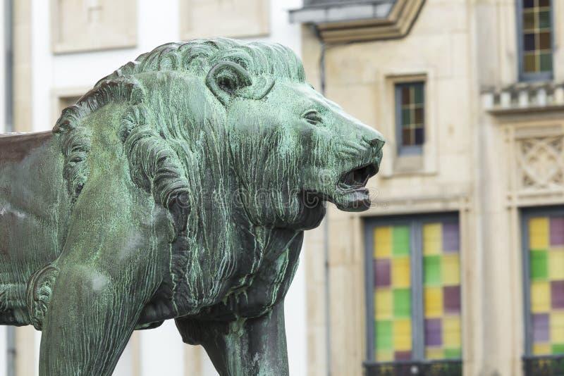 LUXEMBOURG STAD - LUXEMBOURG - JULI 01, 2016: Staty av lejonet arkivbilder
