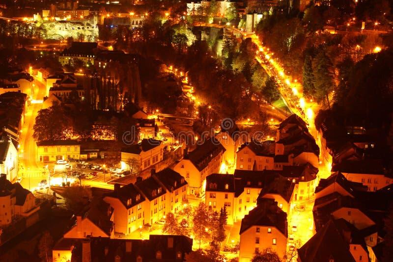 Luxemburg bij nacht luchtmening stock foto