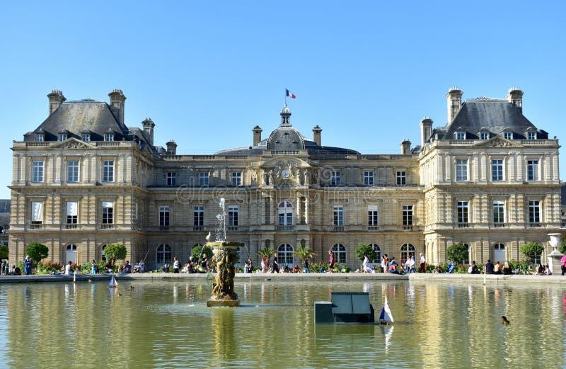 Luxemburg-Palast mit der französischen Flagge, dem Teich und dem Brunnen Lateinisches Viertel, Luxemburg-Gärten, Paris, Frankreic stockbilder