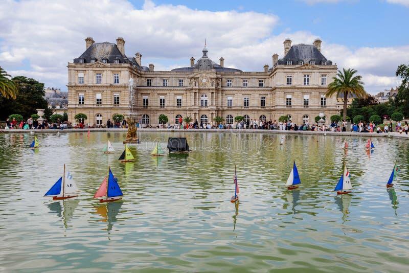Luxemburg-Palast und -schiffe auf Teich lizenzfreie stockfotografie