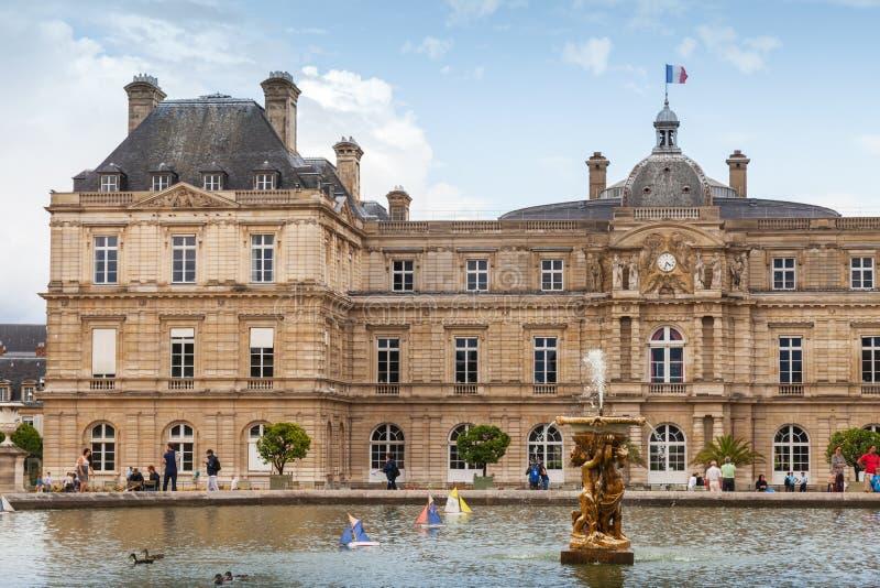 Luxemburg-Palast und -teich mit dem Brunnen stockfotografie