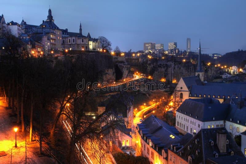 Luxemburg-Skyline nachts stockfotos