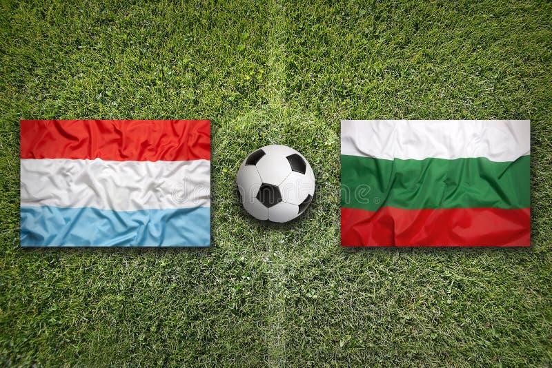 Luxemburg versus De vlaggen van Bulgarije op voetbalgebied stock afbeelding