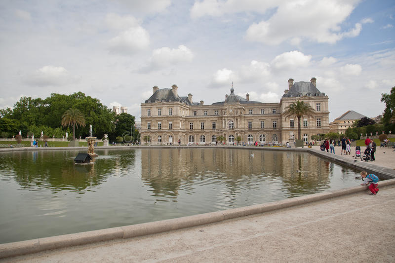 Luxemburgo jardina (Jardin du Luxemburgo) em Paris, França fotos de stock royalty free