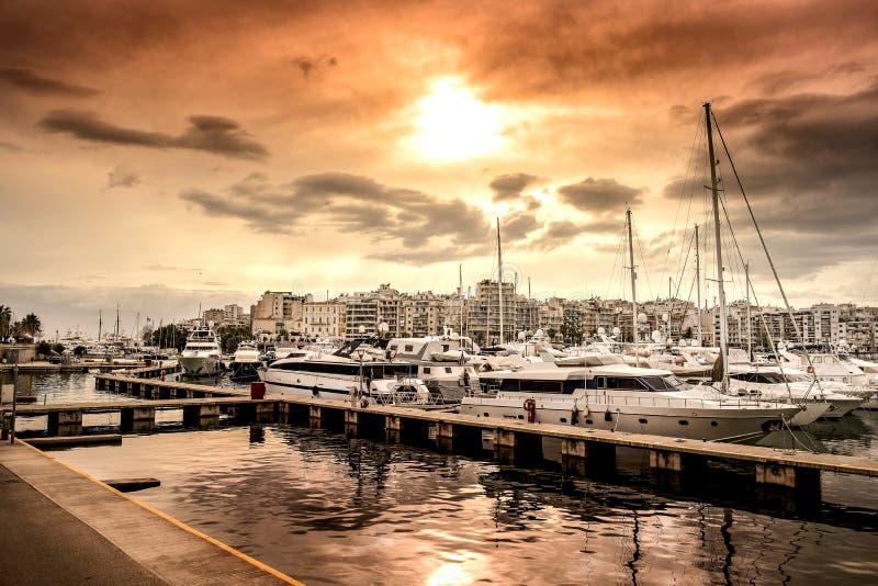 Luxemotorboten en jachten bij het dok Marina Zeas, Piraeus, Griekenland royalty-vrije stock afbeeldingen