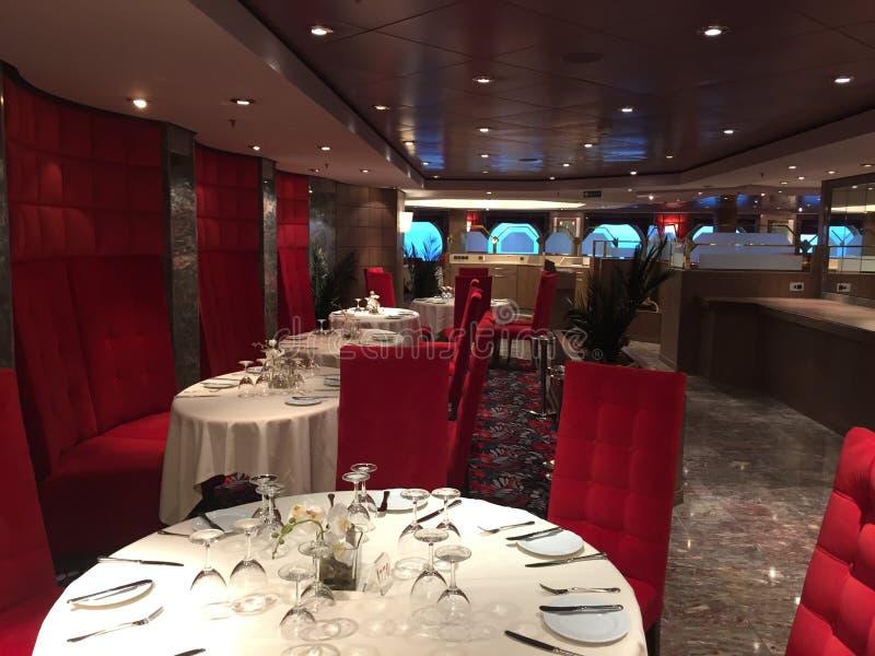 Luxerestaurant in een cruisespaander royalty-vrije stock fotografie