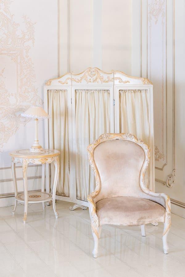 Luxeslaapkamer in lichte kleuren met spiegel en het vouwen van het scherm Elegant klassiek binnenland royalty-vrije stock afbeelding