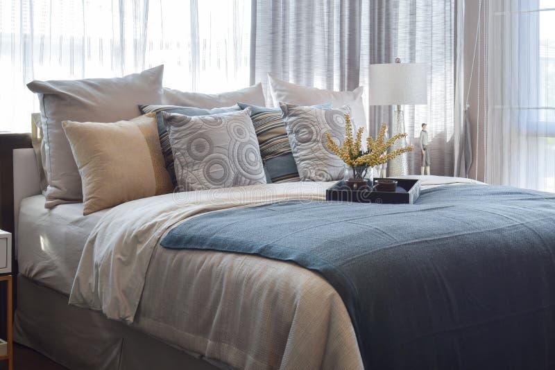 Luxeslaapkamer met gestreepte hoofdkussens en decoratief theestel op bed royalty-vrije stock foto's