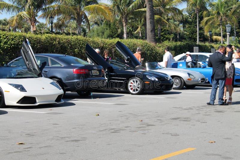 Luxesportwagens in parkeerterrein stock fotografie