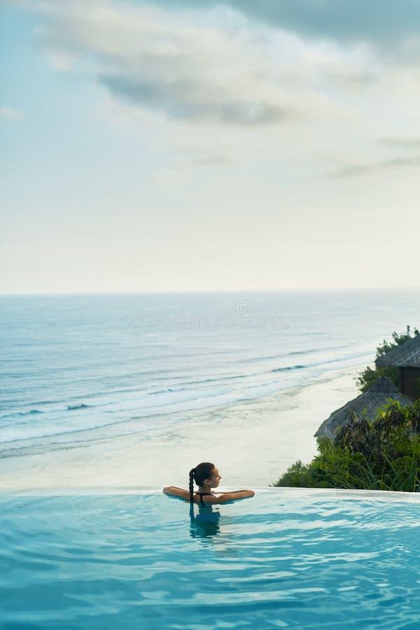Luxetoevlucht Vrouw het ontspannen in pool De Vakantie van de de zomerreis royalty-vrije stock foto's