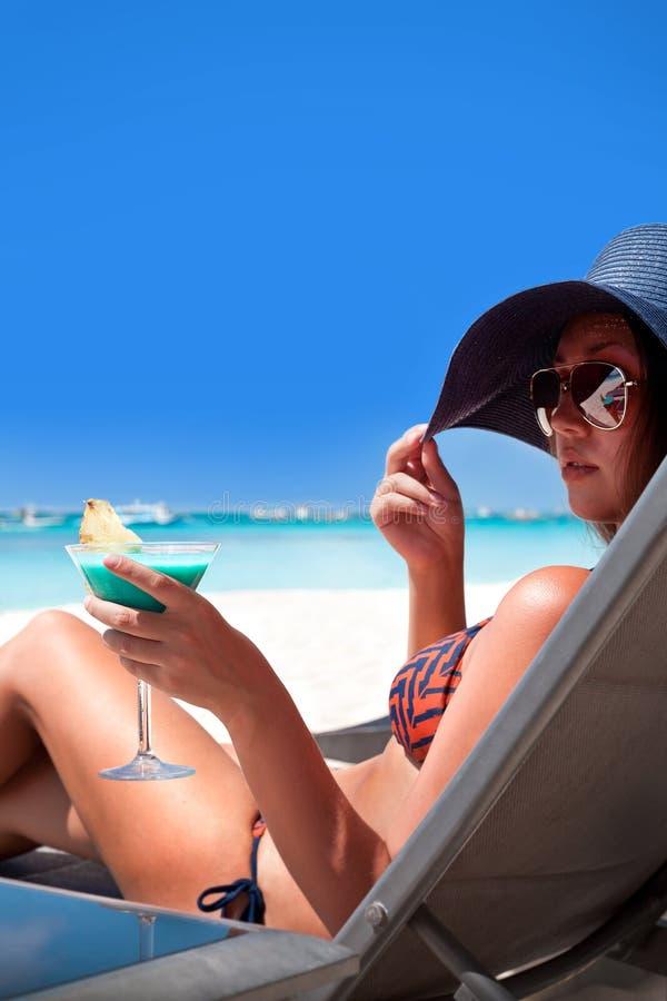 Luxevakantie voor vrouw. Wit tropisch strand. stock afbeelding