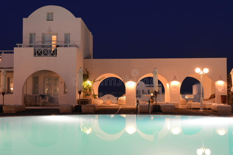 Luxevilla met privé pool bij nacht, Oia, Santorini stock foto's