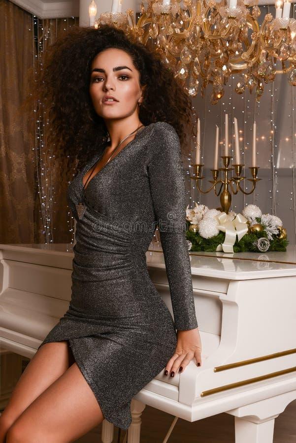 Luxevrouw in avondkledij royalty-vrije stock afbeelding