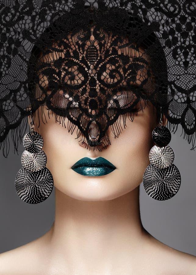 Luxevrouw met Celebrate Maniermake-up, zilveren Oorringen, zwarte Kantsluier De stijl van Halloween of van Kerstmis Lippensamenst stock fotografie