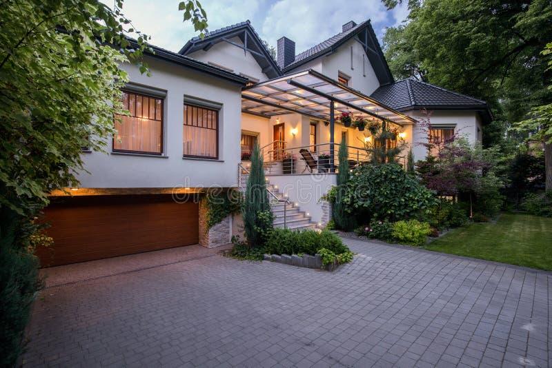 Luxewoonplaats met comfortabel terras royalty-vrije stock foto