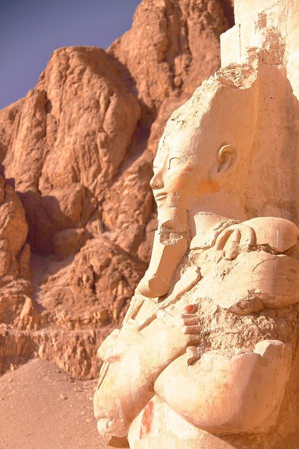 LUXOR, ÄGYPTEN: Osiris-Statue an Hatshepsut-Tempel lizenzfreies stockbild