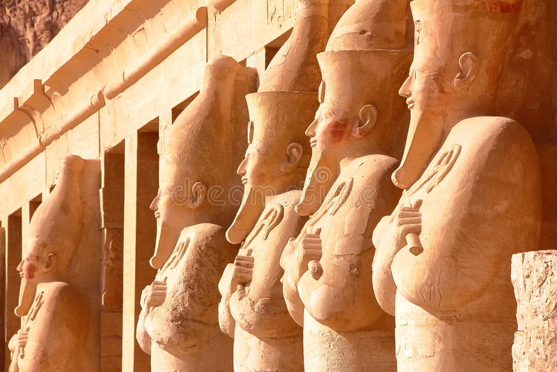 LUXOR, ÄGYPTEN: Osiris-Statue an Hatshepsut-Tempel lizenzfreie stockfotos