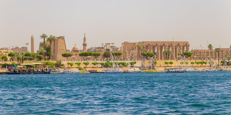 Luxor Egipt, Kwiecień, - 16, 2019: Karnak świątynia przy Nil rzeką w Luxor, Egipt obrazy stock