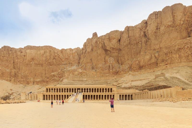 LUXOR, EGIPT, KWIECIEŃ 20, 2014: Przedpogrzebowa świątynia królowa Hatshepsut na zachodnim banku Nil zdjęcia royalty free
