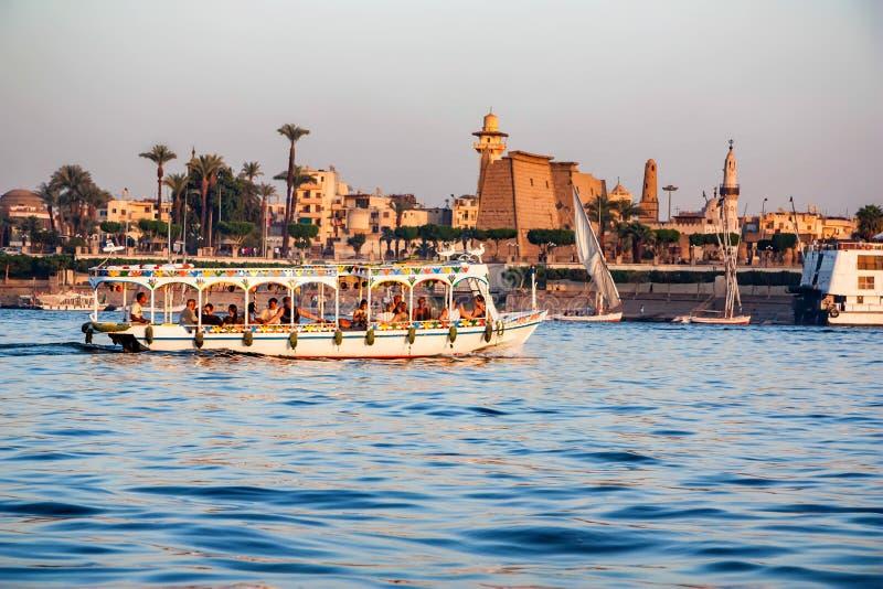 LUXOR, EGIPTO - 17 DE FEVEREIRO DE 2010: Barco de turista no Nilo pela cidade de Luxor fotografia de stock