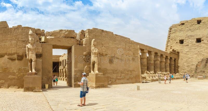 LUXOR, EGIPTO, O 20 DE ABRIL DE 2014: Panorama das ruínas do templo de Karnak em Luxor fotos de stock