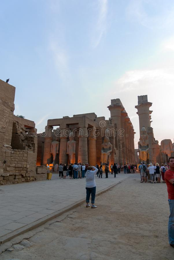 Luxor egiptu Luty 20, 2017: Widok wejście pochodowa kolumnada budował Amenhotep III w świątyni Luxor, obrazy royalty free