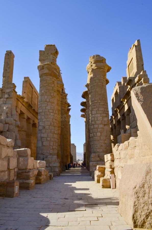 Luxor Egito - 11 de novembro de 2014: Colunas do templo de Karnak fotografia de stock royalty free