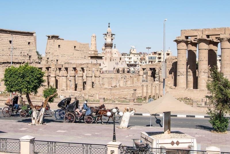 Luxor Egitto 23 05 chiesa cattolica 2018 e simboli musulmani di religione della torre della moschea insieme nel tempio di Luxor immagini stock libere da diritti