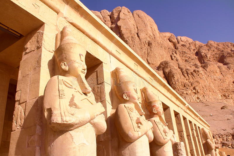 LUXOR, EGITTO: Statua di Osiris al tempio di Hatshepsut immagini stock