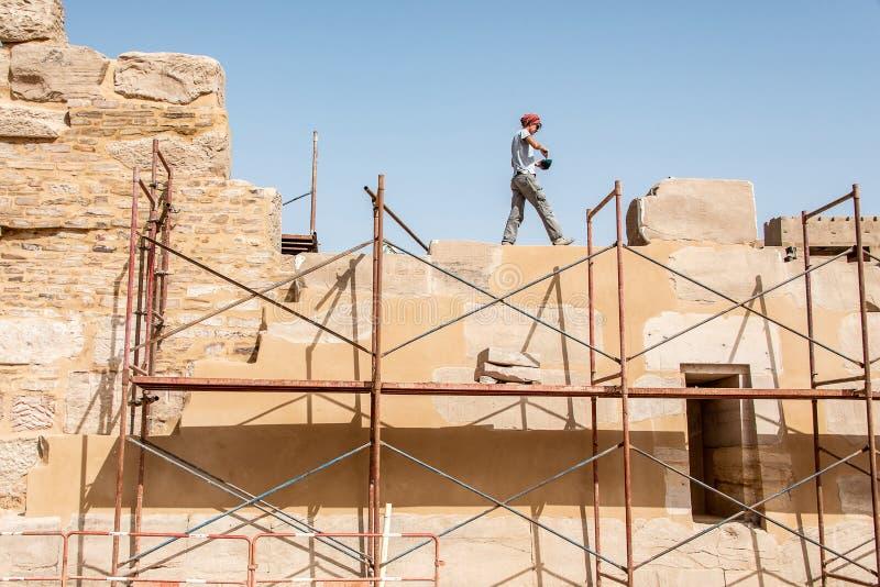Luxor Egypte 23 05 de archeoloog die van 2018 herstellend Anscient-Tempel van Karnak in Luxor - Archology Ruine Thebes Egypte wer royalty-vrije stock afbeelding