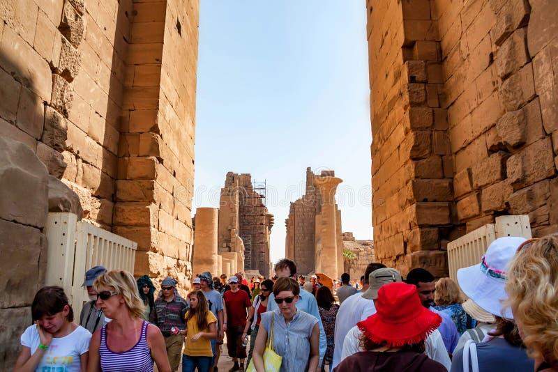 LUXOR, EGYPTE - FEBRUARI 17, 2010: Niet geïdentificeerde toeristen bij de Karnak-tempel van Luxor, Egypte stock afbeelding