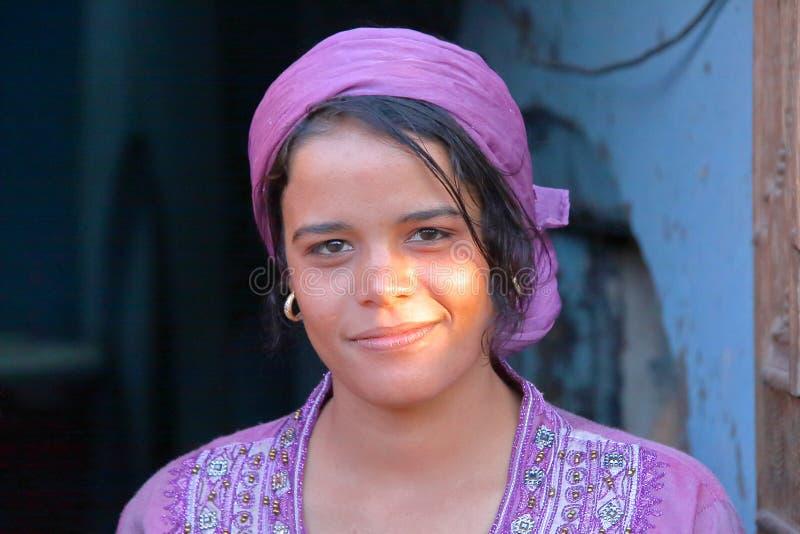 LUXOR EGYPTEN - NOVEMBER 6, 2011: Stående av en härlig egyptisk ung kvinna arkivbild
