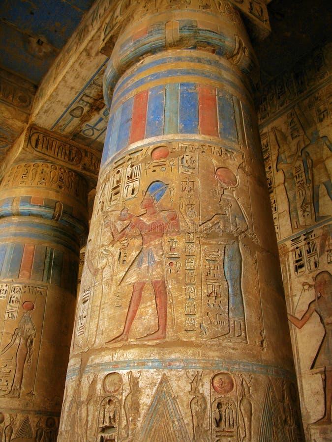 Luxor: kolommen met faraogravures, Medinet Habu stock fotografie