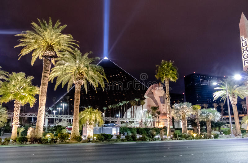 Luxor niebo i Promieniejemy przy nocą - Las Vegas, Nevada, usa zdjęcie stock