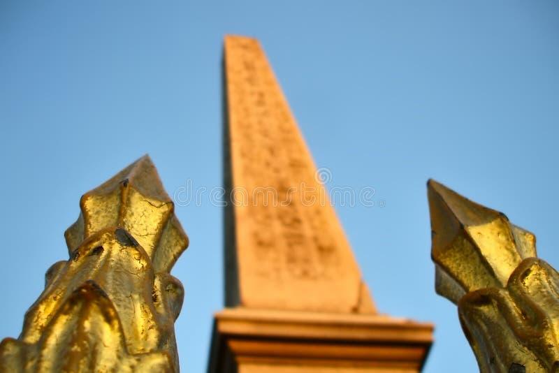 Luxor obelisk och guld- staketpoler arkivbild