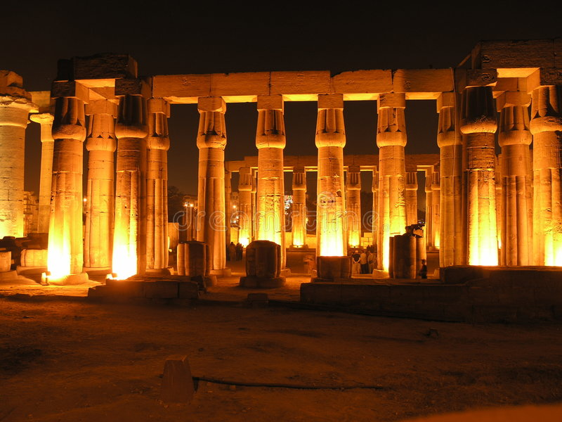 Luxor par nuit images stock