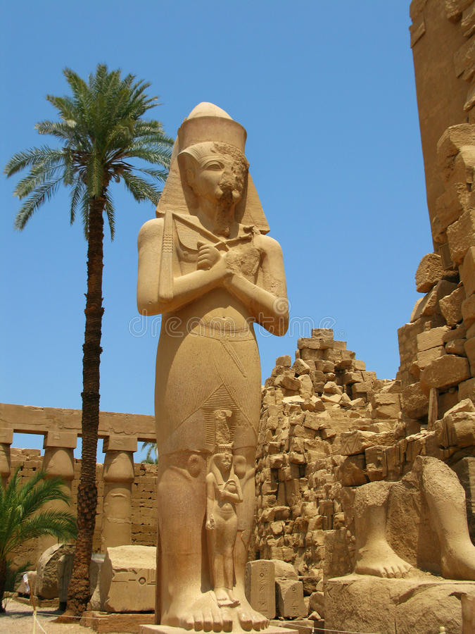 Luxor: riesige Statue von Ramses II im Karnak Tempel lizenzfreies stockfoto