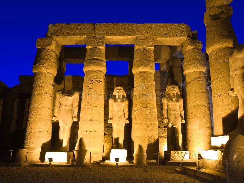 Luxor-Tempel nachts stockbilder