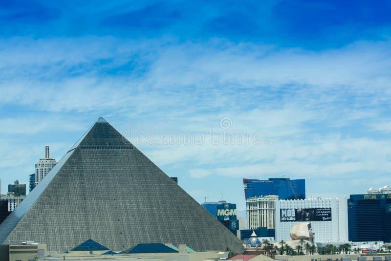 Luxorhotel en casinopiramide in Las Vegas stock foto's
